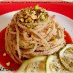 """Spaghetti di khorasan """"ammollicati"""" alle zucchine e pistacchi su coulisse di salsa di pomodoro"""