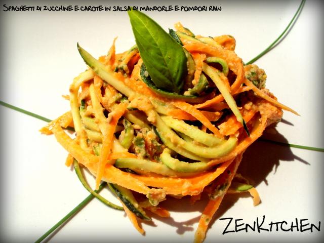 Spaghetti di zucchine e carote in salsa di mandorle e pomodori raw